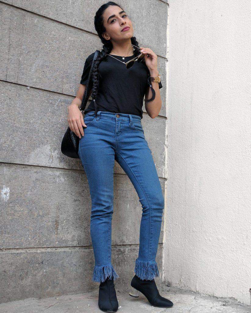 Frayed jeans, raw edge denims, blue jeans, black tee, zara