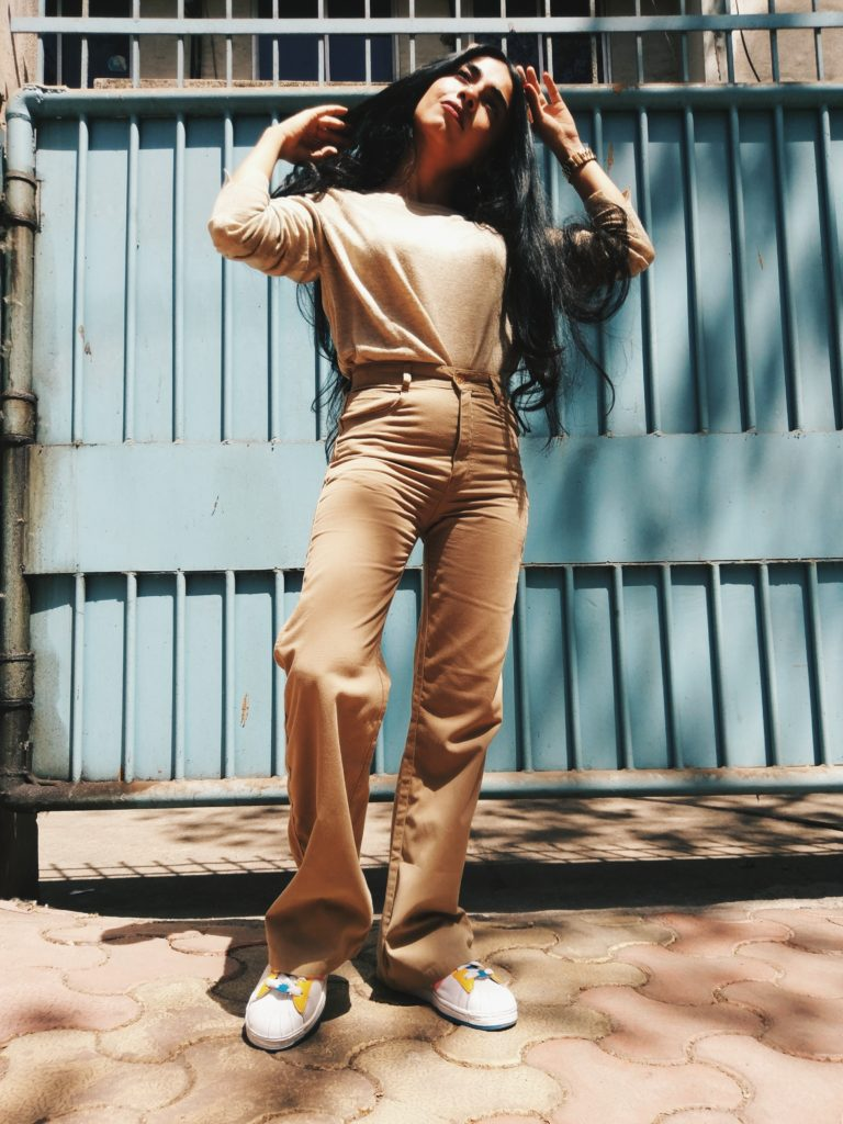 beige head to toe, street style, adidas sneakers, monotone look, high waist pants, beige pants, beige knit, ootd, best