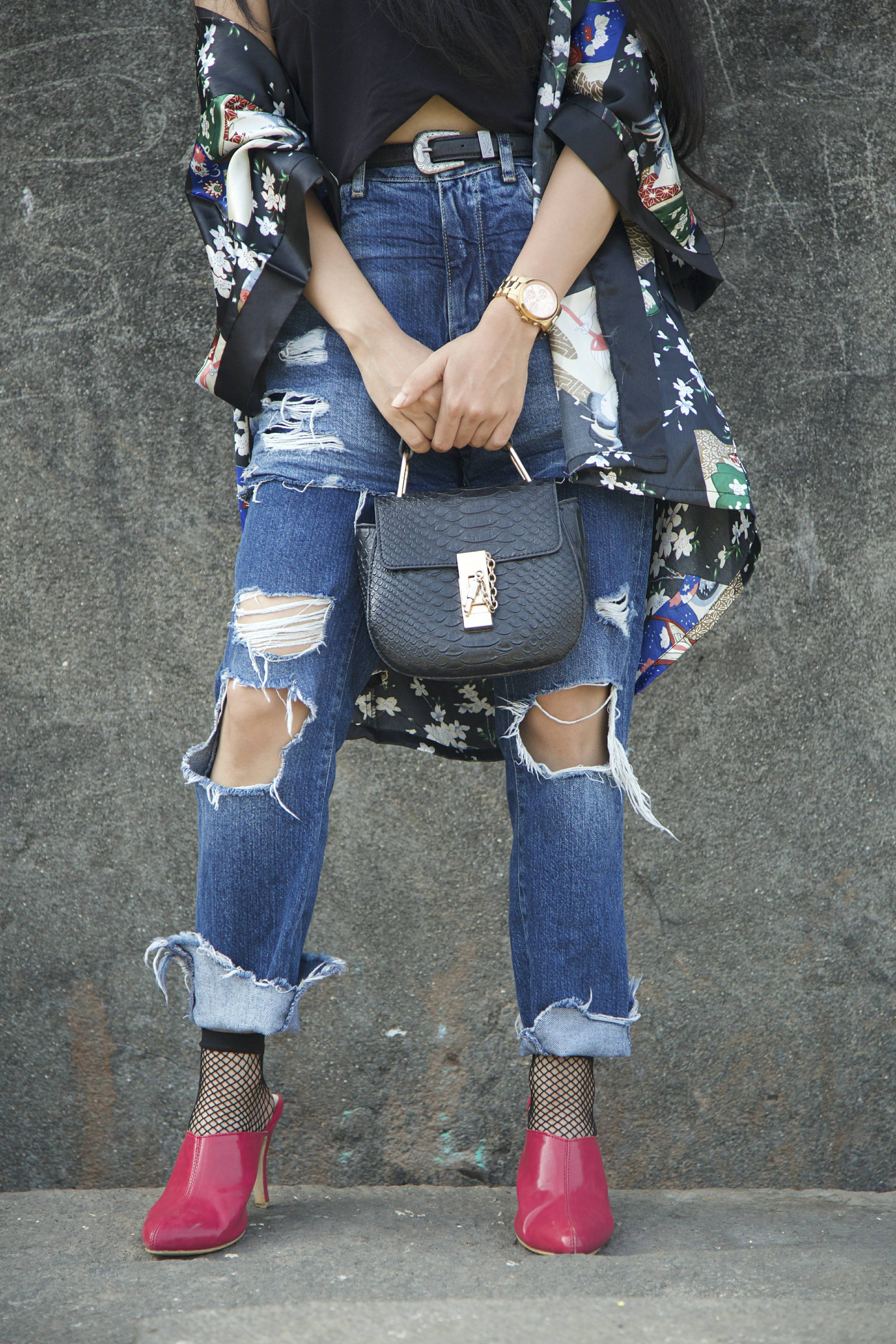 Dark florals, floral kimono, floral print, pink heels, pink mules, basic ootd, spring ootd, summer ootd, what i wore, who what wear, zara , ripped denims, fishnet, fishnet socks with heels, details, vogue